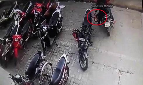 Đôi nam nữ cắt trộm mũ bảo hiểm nhanh như chớp ở Đà Nẵng