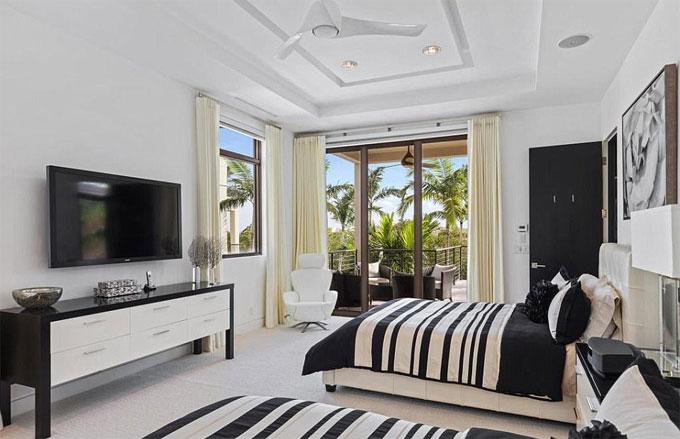 Những người hàng xóm đáng chú ý trong khu vực bao gồm Serena Williams và Venus Williams, và cựu ứng cử viên Đảng Cộng hòa của Tiến sĩ Ben Carson.  McIlroy đã tiếp tục, cả về tài sản và cuộc sống của mình với người vợ hiện giờ là Erica Stoll.  Cặp đôi bắt đầu hẹn hò vào năm 2015. Stoll là cựu nhân viên của PGA của Mỹ và sống ở khu vực Palm Beach Gardens của Florida, được sinh ra ở New York.  Họ đã gặp nhau vào năm 2012. McIlroy ngủ quên trong kỳ nghỉ Ryder Cup ở Medinah, và Stoll là nhân viên của PGA đã đến và đánh thức anh dậy.  Họ cưới nhau vào tháng 4 năm 2017. Khách mời đám cưới bao gồm huyền thoại soul Stevie Wonder, One Direction của Niall Horan và Chris Martin.