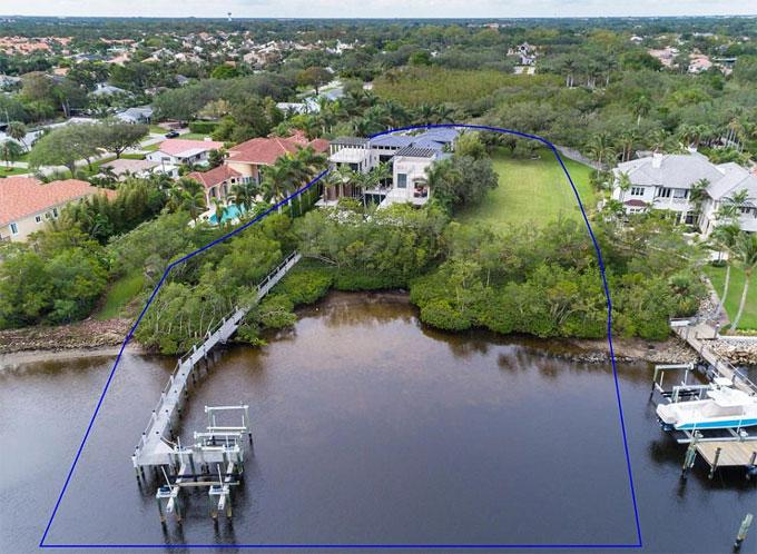 Ngôi nhà cũng nhìn ra một hồ nước và có một bến tàu, có nghĩa là bất kỳ thủy thủ nào đang nảy nở đều có thể tận dụng được vị trí địa lý tự nhiên của Florida.