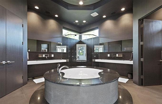 Một trong chín phòng tắm trong nhà của McIlroy, với bồn tắm sang trọng ở giữa và khu vực sink mở rộng