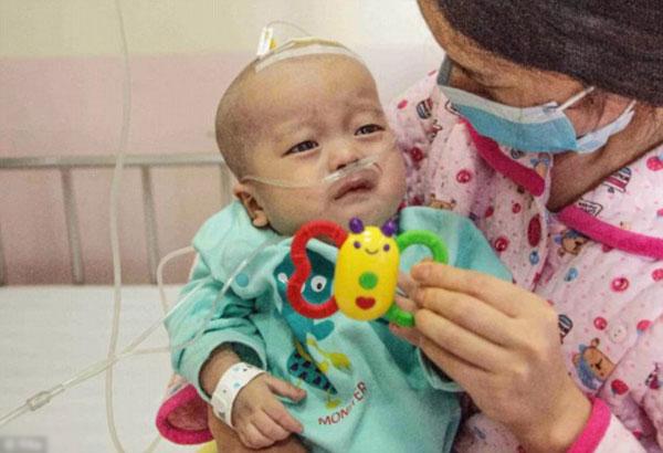 Cậu bé An An phải chịu nhiều đau đớn vì căn bệnh của mình.