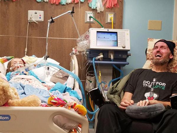 Ông Sean Peterson đau đớn khóc như đứa trẻ bên giường bệnh cháu gái. Ảnh: Facebook