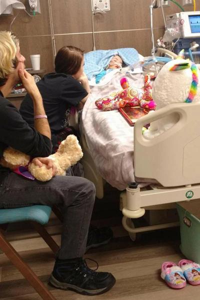 Ca gia đình Ally cận kề bên giường bệnh con gái trong những ngày cuối đời. Ảnh: Facebook