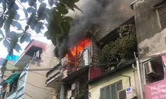 Cảnh sát dùng búa để phá tôn, dập đám cháy nhà ba tầng