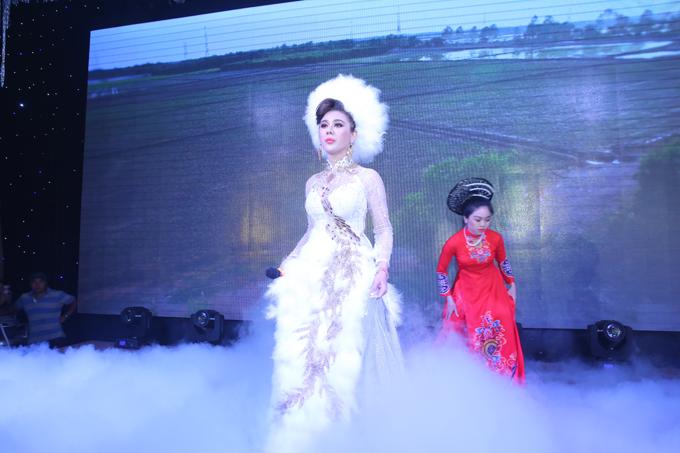 Trong tiệc cưới, cô dâu Lâm Khánh Chi thay bộ váy đính lông vũ lộng lẫy khác.