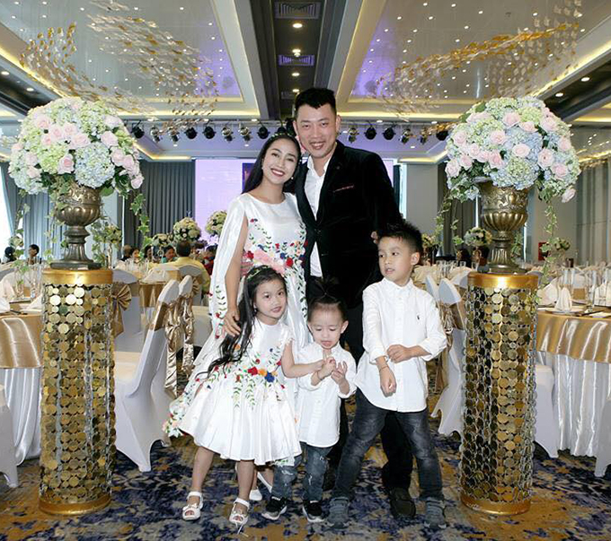Gia đình Ốc Thanh Vân cùng nhau lên đồ tone sur tone đi dự đám cưới.