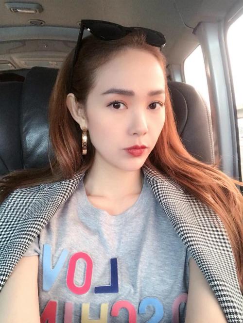 Minh Hằng kêu gọi người hâm mộ bình chọn cho cô trong một giải thưởng về âm nhạc.