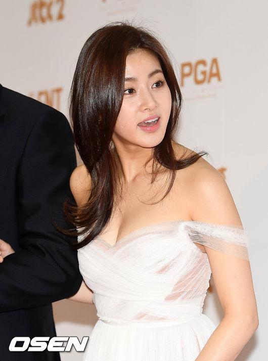 Tình cũ của Hyun Bin ngực đầy sexy trên thảm đỏ - 1