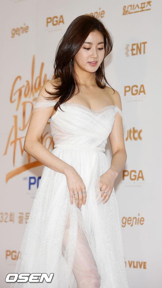 Kang Sora chia tay Hyun Bin vào tháng 12 năm ngoái sau 1 năm hẹn hò. Lý giải về nguyên nhân tan vỡ, đại diện cặp sao cho biết là cả hai phía đều quá bận rộn với sự nghiệp riêng.