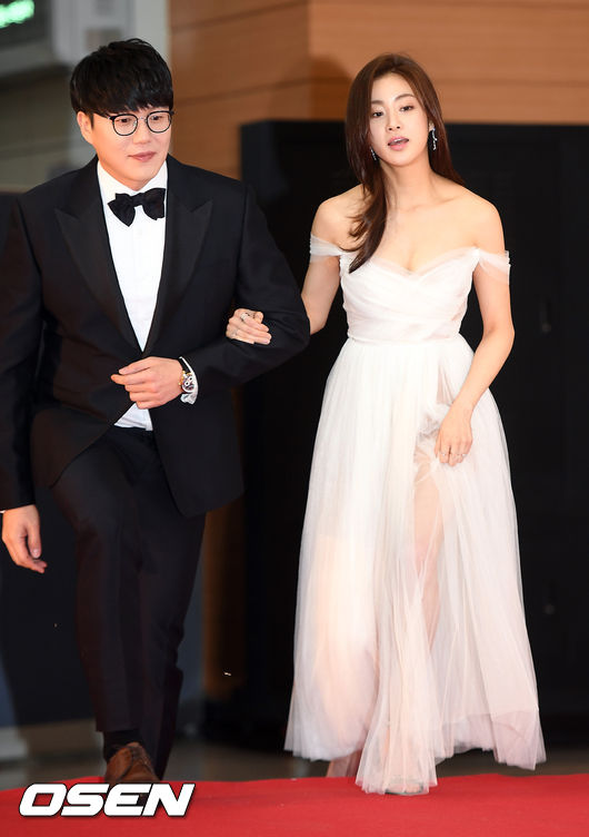 Kang So Ra sánh vai đồng nghiệp Sung Si Kyung trên thảm đỏ.