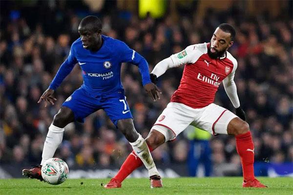 Kante (áo xanh) trong trận hòa 0-0 với Arsenal ở bán kết lượt đi Cup Liên đoàn hôm 10/1. Ảnh: Sun