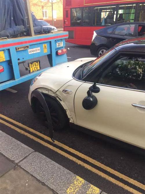 Xe của sao Chelsea đâm vào đuôi xe tải, bị long vành bánh trước.
