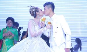 Lâm Khánh Chi khóa môi chồng trẻ trong tiệc cưới tại TP HCM