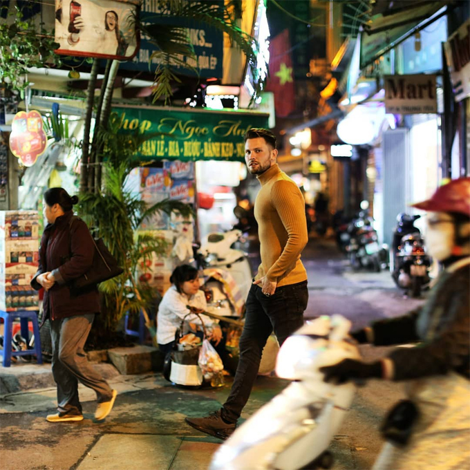 Cặp đôi đến Hà Nội vào ngày lạnh giá. Hai người tản bộ thăm chợ đêm lấp lánh ánh đèn và ngắm đường phố tấp nập xe máy.