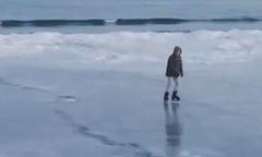 Bãi biển Mỹ đóng đá vì lạnh kỷ lục, người dân tranh thủ trượt băng