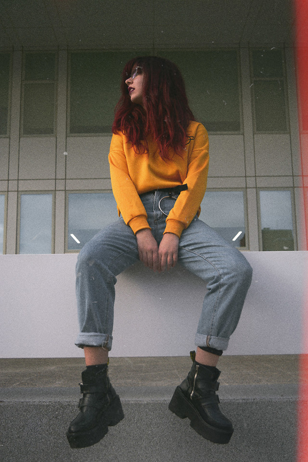 Đi đôi với các mẫu áo dệt kim dễ phối hợp cùng skinny, quần ống rộng, quần ống lửng, các kiểu áo nỉ cũng được cho ra mắt để phục vụ các bạn gái năng động và thích thể hiện phong cách mix đồ cá tính.