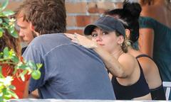 Miley Cyrus và hôn phu đeo nhẫn đôi, quấn quýt trong kỳ nghỉ đầu năm