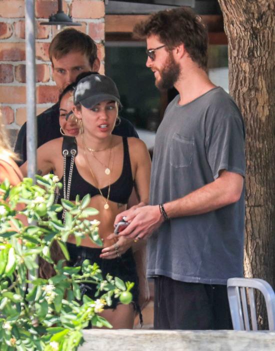 Paparazzi phát hiện Miley và Liam cùng đeo nhẫn vàng trắng ở ngón tay áp út.