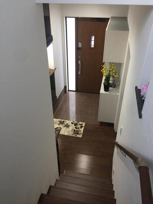 Nhà của chị Ánh không có thang máy nhưng được trang bị đầy đủ nội thất, gồm bồn tắm có tivi, máy giặt, két sắt, bàn ghế, rèm cửa, bóng điện và nhà vệ sinh các tầng tự động.
