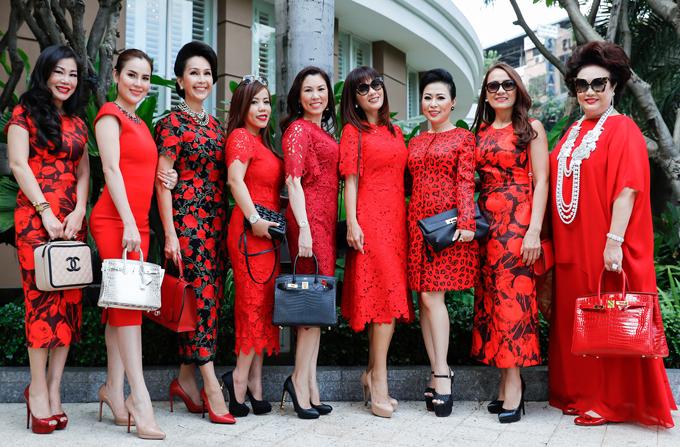 Diễm My, Kiều Khanh và Phương Lê cùng những người bạn chung sở thích mặc trang phục của Đỗ Mạnh Cường hội ngộ tại buổi tiệc ở TP HCM.