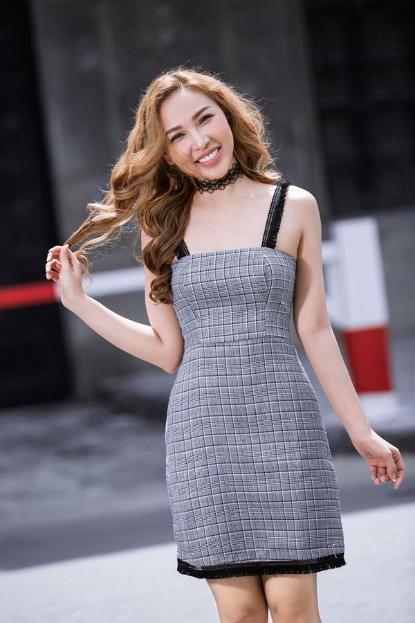 Quỳnh Thư khoe vai trần gợi cảm với kiểu váy hai dây được cắt may trên chất liệu vải in hoạ tiết được ưa chuộng nhất mùa này.