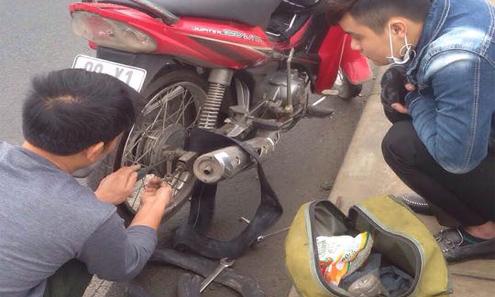 Người đàn ông vá xe không lấy tiền công trên cầu Nhật Tân