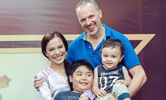 Lý Thanh Thảo cười tít bên chồng Tây và hai con trai