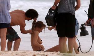 Mỹ nhân 'Transformers 3' chụp ảnh ngực trần giữa cả ê-kíp nam
