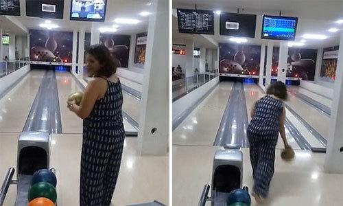 Chơi bowling nhưng lại ném trúng màn hình tivi treo trên đầu