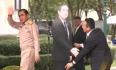 Thủ tướng Thái Lan để hình nộm trả lời phỏng vấn