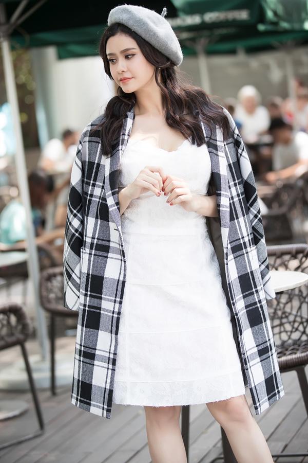 Trương Quỳnh Anh cũng nhanh tay chọn lựa các kiểu suit, áo choàng vừa mới ra lò để thể hiện phong cách ăn mặc đồng điệu cùng trào lưu được sao Việt ưa chuộng.