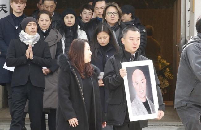Trương Vệ Kiện và gia đình trong tang lễ em trai Vệ Duy. Ảnh:ON