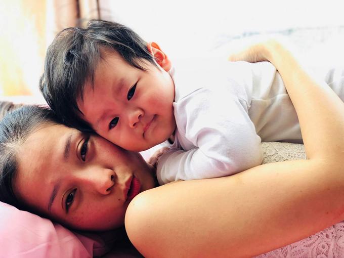 Con trai Khánh Hiền đã được gần 10 tháng tuổi. Những ngày rời xa phim trường để thực hiện thiên chức làm mẹ, nữ diễn viên khá nhớ nghề nhưng bù lại, cô hạnh phúc vì được ôm ấp, chơi đùa cùng cục cưng đáng yêu.