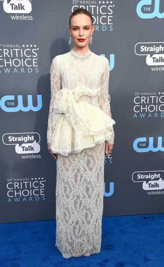 Giống như Angelina, nhiều ngôi sao chọn trang phục màu trắng tới tham dự lễ trao giải của các nhà phê bình điện ảnh. Minh tinh Kate Bosworth diện đầm ren thanh lịch.