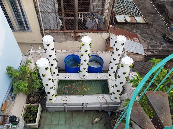 Anh Bình Sơn tự mua ống nhựa PVC về làm tháp rau. Ban đầu do chưa có kinh nghiệm, ông bố Sài thành tốn kém nhiều chi phí. Sau nhiều lần cải thiện, anh đã chế được các trụ trồng rau với giá khoảng 2 triệu đồng mỗi trụ.