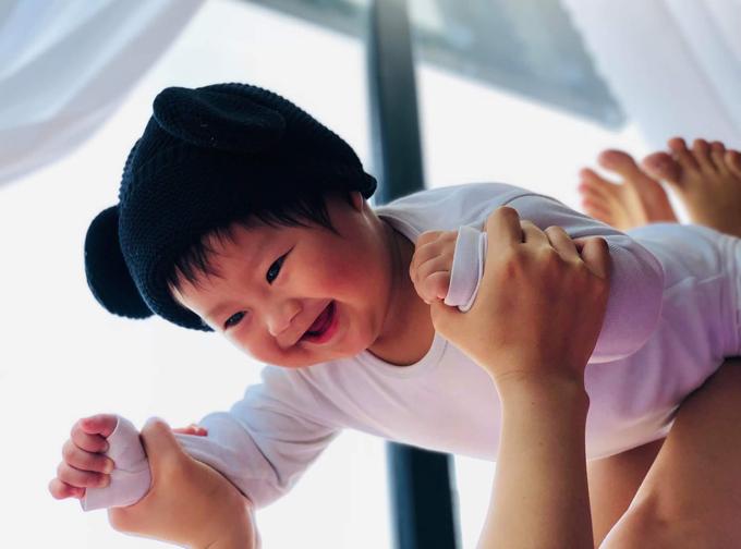Khánh Hiền dành nhiều thời gian trò chuyện, chơi với quý tử.
