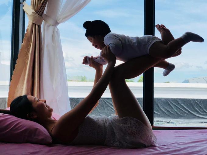 Nhóc tỳ rất thích được làm máy bay trên đôi chân mẹ. Từ khi có con, cuộc sống của Khánh Hiền thay đổi hoàn toàn. Cô bận rộn hơn nhưng không cảm thấy mệt mỏi mà luôn tràn đầy niềm vui, năng lượng sống.