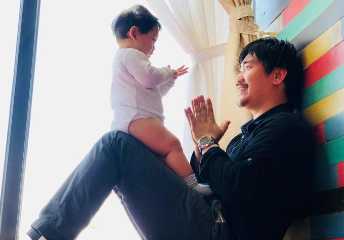 Bé Eric được bố James Ngô hết mực cưng chiều.