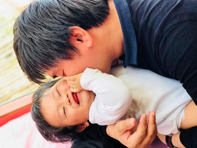 Hoàng tử bé cười tít mắt khi được bố hôn má.
