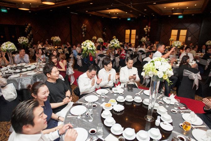 Những người thân gia đình, bạn bè thân thiết ở trong nước và nước ngoài, cùng các fan tới chúc mừng Linh Tuyết trong ngày trọng đại.