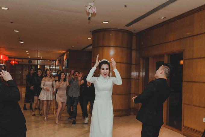 Cô dâu Linh Tuyết tung hoa cưới chia sẻ niềm hạnh phúc và gửi may mắn đến cho những bạn gái thân thiết, khách mời.