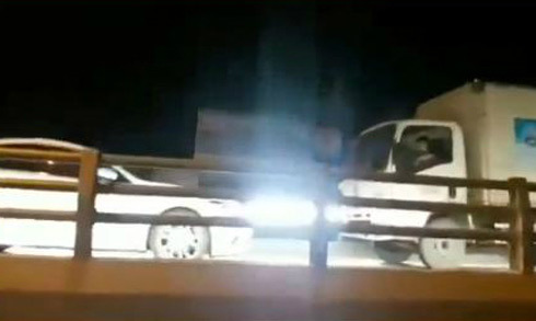 Người phụ nữ lái ôtô đi ngược chiều bị xe tải ép lùi trên cầu