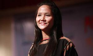 Lộ ảnh Hoa hậu H'Hen Niê năm 19 tuổi, để tóc dài biểu diễn văn nghệ