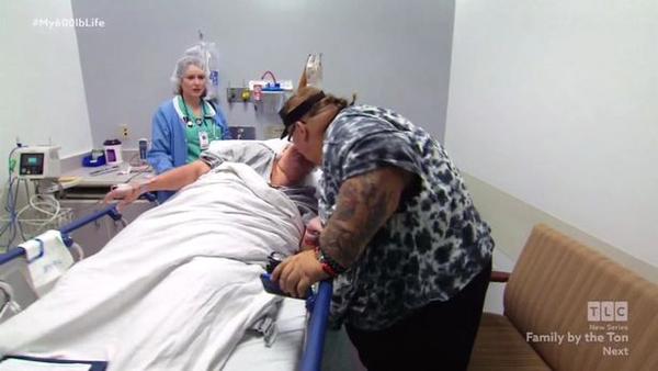 Lee hôn Rena khi cô chuẩn bị phẫu thuật thắt dạ dày. Ảnh: TLC