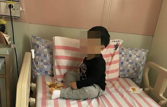 Cậu bé đang được chăm sóc tại bệnh viện, chờ bố mẹ đến đón. Ảnh: AsiaWire