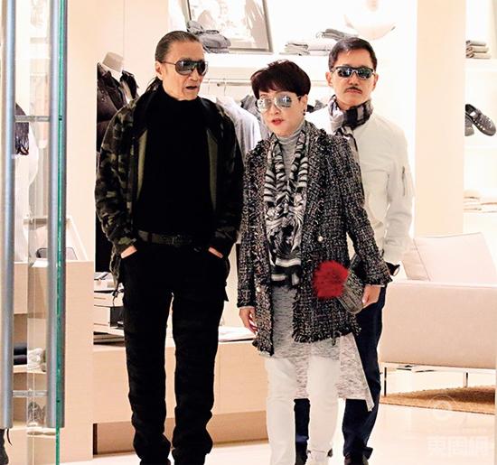 Ông Tạ Hiền đi ăn và mua sắm với vợ cũ. Ảnh: Eastweek
