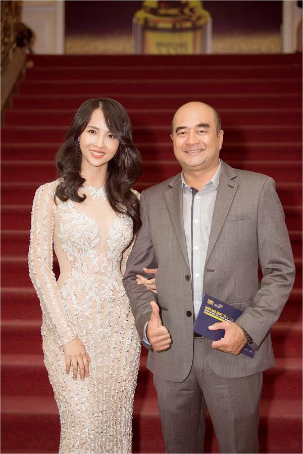 Nữ diễn viên hội ngộ cùng đạo diễn Nhâm Minh Hiền tại lễ trao giải Ngôi Sao Xanh. Cô từng tham gia phim Những khúc sông dậy sóng do chính anh làm đạo diễn.
