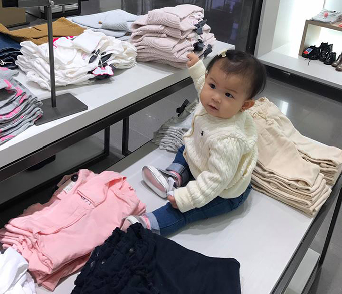 Trong khi đó, vợ anh - Yến Phương - đưa con gái đi mua quần áo ấm.
