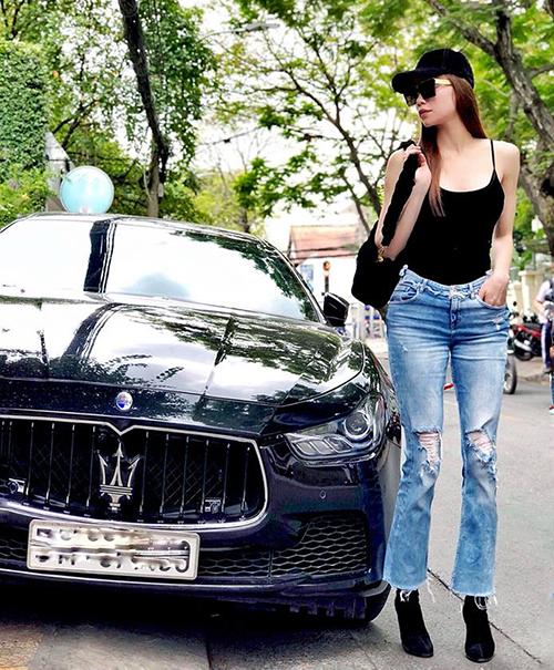 Hồ Ngọc Hà diện áo thun, quần jeans rách thoải mái dạo phố.