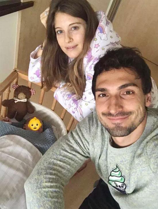 Vợ chồng Hummels đón con đầu lòng sau một năm rưỡi kết hôn.